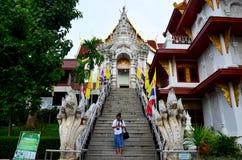 Тайский портрет женщины на лестнице для входа и выхода Wat Phra Стоковые Фото