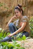 Тайский портрет женщины стоя близко скала Стоковое фото RF