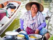 Тайский поставщик еды на рынке Amphawa плавая в Бангкоке, Таиланде стоковое фото