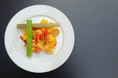 Тайский пряный салат мозоли с посоленным яйцом стоковое фото rf