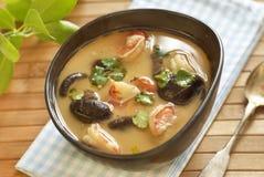 Суп батата Tom с шримсами, грибами и молоком кокоса Стоковое Изображение RF