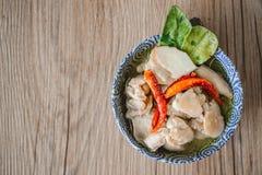 Тайский пряный суп с предпосылкой цыпленка и древесины, тайской едой, Tha Стоковое Изображение RF