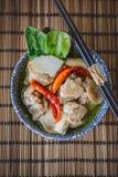 Тайский пряный суп с предпосылкой цыпленка и древесины, тайской едой, Tha Стоковые Изображения