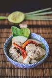 Тайский пряный суп с предпосылкой цыпленка и древесины, тайской едой, Tha Стоковое Изображение