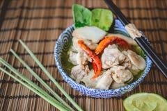 Тайский пряный суп с предпосылкой цыпленка и древесины, тайской едой, Tha Стоковые Фотографии RF
