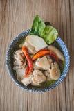 Тайский пряный суп с предпосылкой цыпленка и древесины, тайской едой, Tha Стоковые Фото