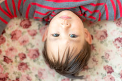Тайский ребёнок кладя на софу Стоковые Изображения RF