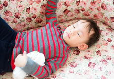 Тайский ребёнок кладя на софу Стоковое Фото