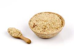 Тайский рис БА GA жасмина (прорастанный рис Брайна) в бамбуковой корзине на белой предпосылке. Стоковое фото RF