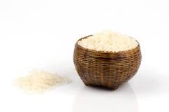 Тайский рис жасмина в бамбуковой корзине на белой предпосылке. Стоковое Изображение