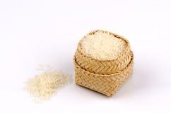 Тайский рис жасмина в бамбуковой корзине на белой предпосылке. Стоковые Фотографии RF