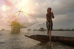 Тайский рыболов бить в озере Стоковые Фотографии RF
