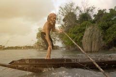 Тайский рыболов бить в озере стоковая фотография rf