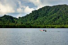 Тайский рыболов на шлюпке длинного хвоста на острове Chang Koh стоковые изображения rf