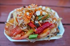 Тайский салат папапайи в чашке пены Стоковое Изображение RF