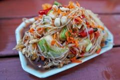 Тайский салат папапайи в чашке пены Стоковое фото RF