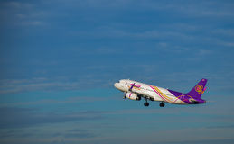 Тайский самолет авиалиний улыбки принимает  Стоковые Изображения RF