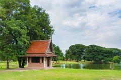Тайский современный зернокомбайн дома кирпича с тайской крышей стиля обнаружил местонахождение nex стоковая фотография