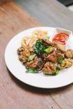 Тайский стиль шевелит зажаренного цыпленка бедренных костей с солью и chili Послуженный с соусом chili стоковая фотография rf