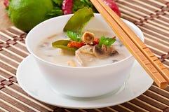 Тайский суп с цыпленком и грибами стоковые изображения rf