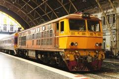 Тайский тепловозный поезд в станции Стоковые Изображения RF