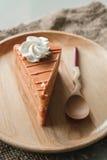 Тайский торт слоя чая на деревянной плите Стоковое Изображение