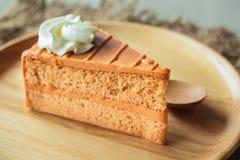 Тайский торт слоя чая на деревянной плите Стоковые Изображения RF