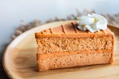 Тайский торт слоя чая на деревянной плите Стоковое Изображение RF