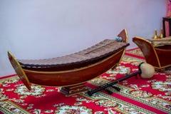 Тайский традиционный ксилофон альта, тайский музыкальный инструмент Ксилофон тайского деревянного альта бамбуковый на стойке для  стоковое фото rf
