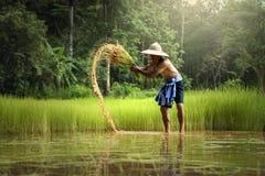 Тайский фермер работая в сельском хозяйстве с удалением Стоковая Фотография RF