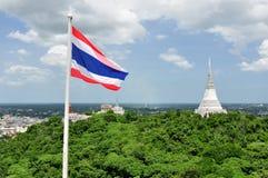 Тайский флаг & белый Pagoda в дворце Khao Wang королевском Стоковые Изображения RF