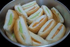 Тайский хлеб заварного крема в алюминиях баке, фокусе выборочном стоковые фотографии rf