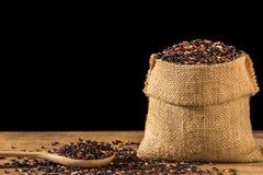 Тайский черный липкий рис в малом мешке на деревянном столе Стоковое Фото