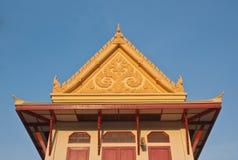 Тайский щипец крыши виска с вершиной стоковая фотография