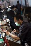 Тайский ювелир делая точные ювелирные изделия в мастерской стоковое фото
