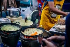 Тайский - crepe яичка стиля вьетнамца домодельный заполненный кудрявый с стоковое изображение