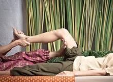 Тайский Masseuse делая массаж для женщины в салоне курорта Азиатская красивая женщина получая тайский травяной массаж обжатия мас стоковые фотографии rf