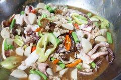 Тайский stir зажарил соус базилика морепродуктов или пусковую площадку Kraprao в тайском имени Стоковое Фото
