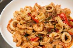 Тайским зажаренный stir соус базилика морепродуктов Стоковое фото RF