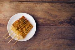 Тайское введенное в моду babeque свинины на деревянной предпосылке Стоковое Изображение RF