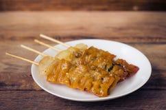 Тайское введенное в моду babeque свинины на деревянной предпосылке Стоковые Фотографии RF