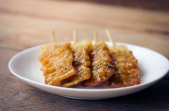 Тайское введенное в моду babeque свинины на деревянной предпосылке Стоковые Изображения