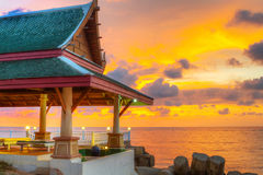 Тайское зодчество на пляже на заходе солнца Стоковая Фотография RF