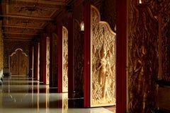 Тайское искусство двери и штендеров внутри виска стоковое фото rf