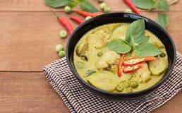 Тайское карри зеленого цвета цыпленка с старой деревянной предпосылкой Стоковая Фотография RF