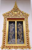Тайское королевское окно святилища от Wat Chaloem Phra Kiat Worawihan стоковые фото