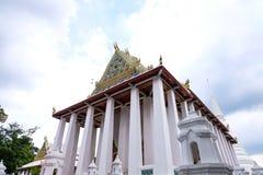 Тайское королевское посвящение Hall от Wat Chaloem Phra Kiat Worawihan Nonthaburi стоковые фото