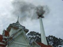 Тайское крематорий с дымом стоковые фотографии rf