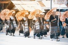 Тайское меньшинство проходит парадом выставка на улице в северной Таиланда стоковое изображение rf