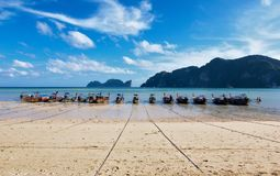 Тайское ожидание шлюпок длинного хвоста на следующий день стоковые фотографии rf